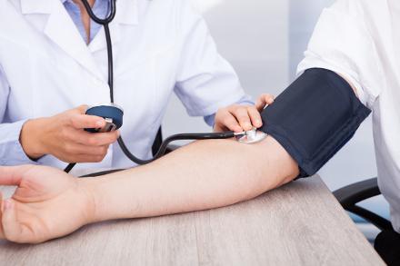 Mérsékelt alkoholfogyasztás: hogyan hat a vérnyomásra?