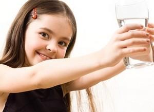 magas vérnyomás esetén egy pohár vizet